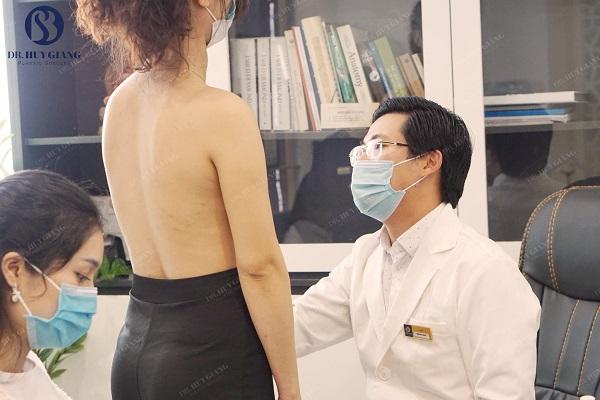 Bác sị ĐInh Huy Giang vẽ tạo hình đặt túi ngực dưới cơ